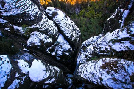 Schneebedeckte Felsen, Blick von der Bastei-Brücke Standard-Bild - 71639197