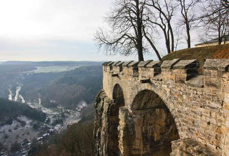 Bogenbrücke der alten Burg-Festung Standard-Bild - 69956928