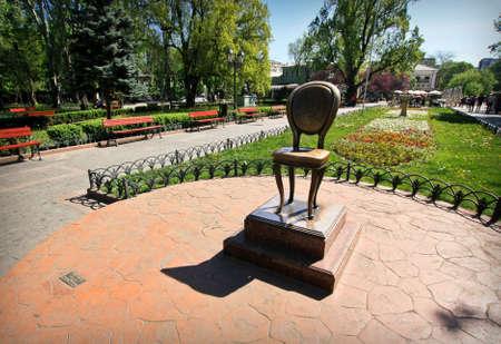 "ODESSA, UKRAINE-MAY 01,2013: ""Das zwölf Denkmäler"" Romandenkmal in Odessa - Deribassovskaya-Straße Standard-Bild - 73663155"