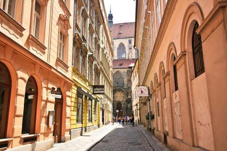 PRAG, TSCHECHISCH-15,2012: Die Tynska-Straße ist eine der schmalsten Straßen in der Altstadt, es verläuft entlang der Tynsky-Tempel und führt die Prager Ungelt Standard-Bild - 73663156