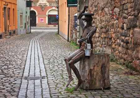 """PLZEN, CZECH-JAN 10,2016: Seltsame Statue aus Altmetall in der Nähe von """"Old Malt House Tavern"""", mit Schwerpunkt auf authentische Erfahrung des Mittelalters. Standard-Bild - 73663158"""