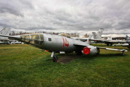 MOSKAU-REGION, RUSSLAND-OCT 26,2013: Das zentrale Luftwaffen-Museum, am Monino-Flugplatz untergebracht, ist eins der größten Luftfahrtmuseen der Welt. Kämpfer auf dem Feld Standard-Bild - 73663159