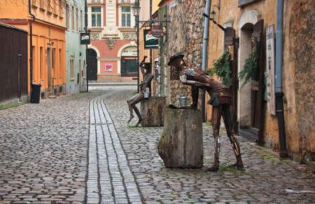 """PLZEN, CZECH-JAN 10,2016: Seltsame Statue aus Altmetall in der Nähe von """"Old Malt House Tavern"""", mit Schwerpunkt auf authentische Erfahrung des Mittelalters. Standard-Bild - 73663164"""