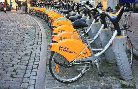 BRUSELLS, BELGIEN -Nov 02,2015: Parkplatz für Fahrräder. Fahrrad - eine der beliebtesten Arten von schnellen Bewegungen in Brüssel Standard-Bild - 73663169