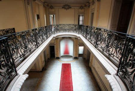 COLMAR, FRANKREICH -Jan 10,2015: Verlassene Villa Lumière. Haus wurde in den frühen 1900er Jahren von Schweizer Tabakmagnaten gebaut. Nun verlassen. Es ist ein sehr schönes Gebäude mit beeindruckendes Interieur, Kamine usw. Roten Teppich, um den Spiegel führt. Standard-Bild - 73663175
