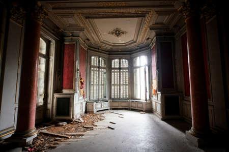 COLMAR, FRANKREICH -JAN 10,2015: Verlassene Villa Lumiere. Haus wurde in den frühen 1900er Jahren von Schweizer Tabak-Tycoon gebaut. Jetzt verlassen. Es ist ein sehr schönes Gebäude mit atemberaubenden Innenräumen, Kaminen usw. Rote Halle mit Säulen Standard-Bild - 73663176