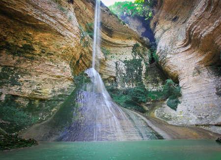 Waterfall in the rocky canyon Standard-Bild