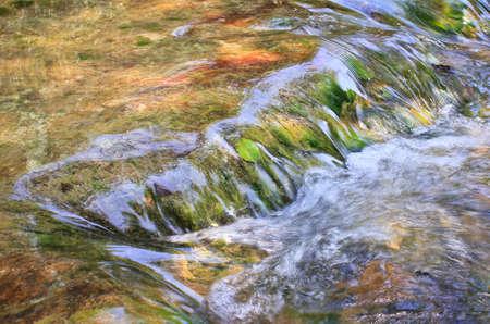 Fluss des Bergflusses Standard-Bild - 73556754