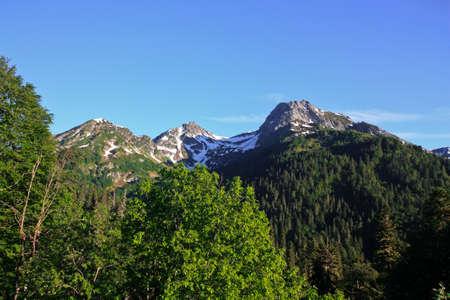 Mit Schnee bedeckten Gipfel der Berge Standard-Bild - 73556755