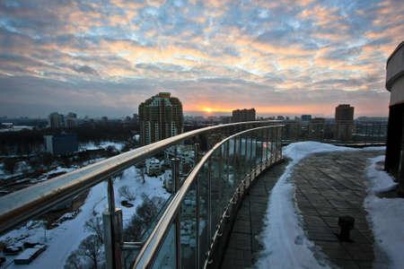 Sonnenuntergang auf dem Dach Standard-Bild - 73556758