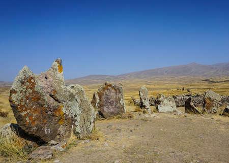 Sisian Zorats Karer Stonehenge Ruins in Summer with Blue Sky 免版税图像 - 112434342