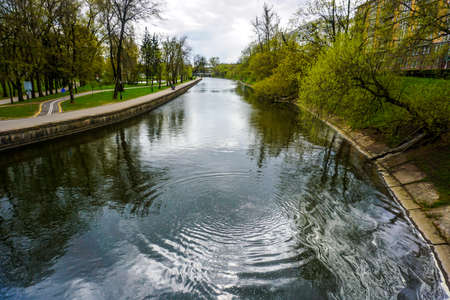 Minsk Svislach River in Gorky Park with Cloudy Sky Background Banque d'images