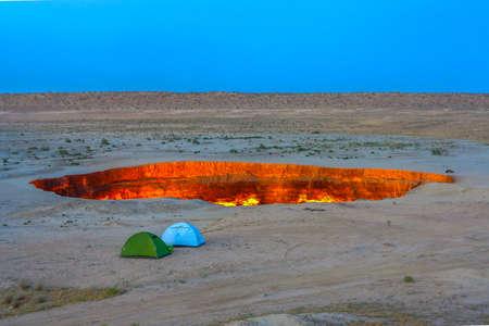 Darvaza Gas Crater Pit Mozzafiato due tende Archivio Fotografico