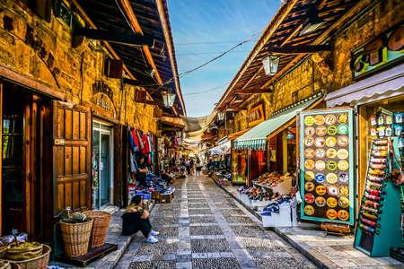 Passage en plein air du vieux souk de Byblos avec boutiques de souvenirs Éditoriale