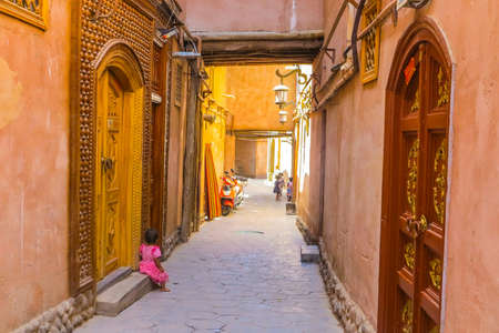 Kashgar Old Town Common Uyghur Architecture Apartment Buildings Street with Playing Little Children Banco de Imagens