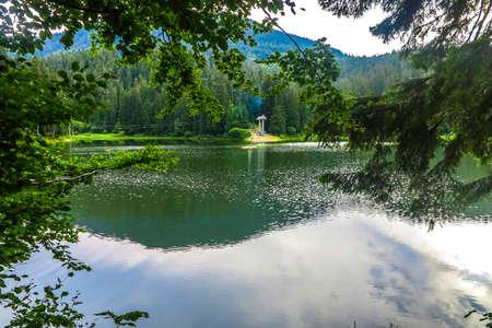 Synevir National Park Lake Landscape View in the Ukrainian Carpathian Mountains Imagens