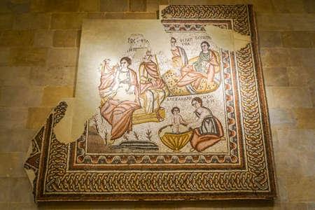 Mosaïque du Musée national des objets archéologiques de Beyrouth en lettres grecques Éditoriale