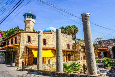Byblos Trois Anciens Piliers Vue Mosquée Sultan Abdul Majid Banque d'images