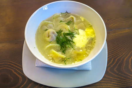 Kyrgyzstani Pelmeni Dumpling Soup with Sour Cream in a Bowl Archivio Fotografico