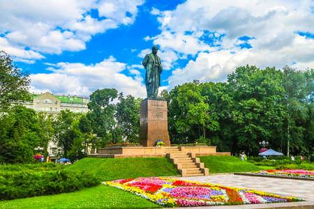 Statua del monumento di Kiev Taras Shevchenko alla vista frontale del lato del parco Park