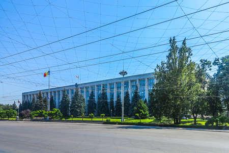 Chisinau Grande Assemblea Nazionale Square Government House con sventola bandiera moldava sul tetto vista laterale