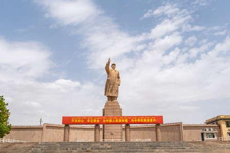 Statue géante de Kashgar du président Mao Zedong à People's Park Square par une journée ensoleillée de ciel bleu