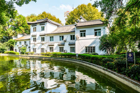 Wuhu Anhui Zheshan Gongyuan Park Frontal View of a White Building next to a Little Pond Sunny Blue Sky Day Stock fotó