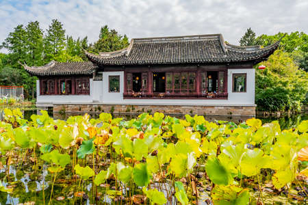 Shanghai Nanxiang Old Town Canal City Picturesque Guyi Gongyuan Chinese Garden with Traditional Building and Water Lilies at Lake Foto de archivo