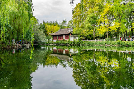 Shanghai Nanxiang Old Town Canal City Picturesque Guyi Gongyuan Chinese Garden with Traditional Building at Lake Foto de archivo