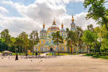 Almaty Russian Orthodox Christian Zenkov Ascension Cathedral of the Lord View with Pigeons in Panfilov Park on a Sunny Blue Sky Day Reklamní fotografie