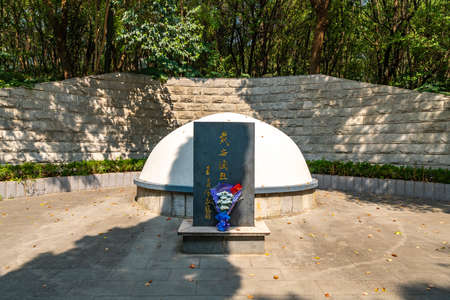 Wuhu Anhui Zheshan Gongyuan Park Chinese Traditional Diane's Grave Tomb Monument Frontal View with Flowers Stock fotó - 131738447