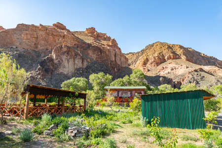 Charyn National Park Sharyn Canyon Breathtaking Picturesque View of a Bungalow Camp on a Sunny Blue Sky Day Stockfoto