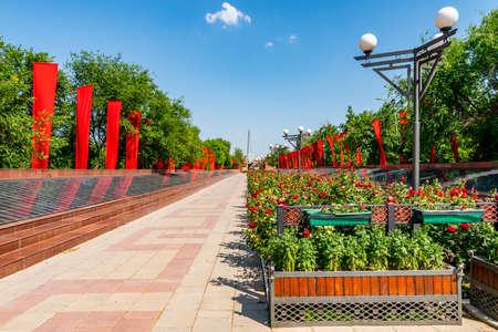 Shymkent Abay Park Blick auf das Denkmal der gefallenen sowjetischen Soldaten des Zweiten Weltkriegs an einem sonnigen blauen Himmelstag