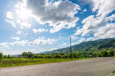 Rudnichny Koksu Karatal River Valley Impresionante vista pintoresca de la aldea en un soleado día de cielo azul
