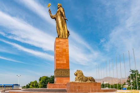 Khujand Ismoil Somoni tenant un sceptre d'or avec sa statue de la main droite vue avec deux lions assis un jour de ciel bleu ensoleillé