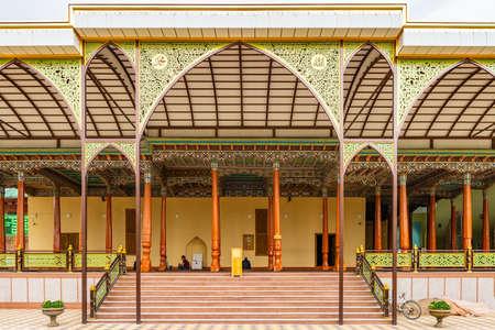 Istaravshan Hazrati Shoh Moschee Malerische Aussicht mit Brunnen an einem bewölkten regnerischen Tag