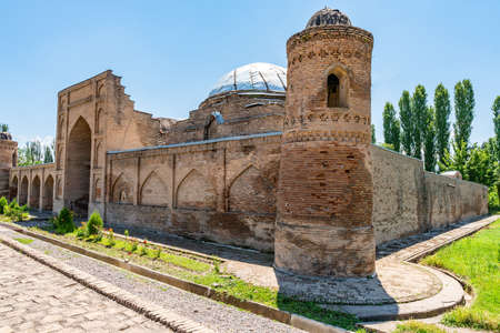 Hisor Fortress Madrasa Kukhna Picturesque Breathtaking Tower View on a Sunny Blue Sky Day Редакционное