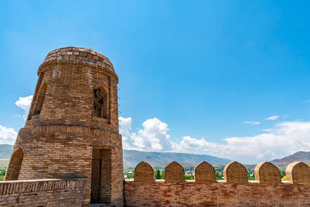 Hisor Fortress Main Gate Entrance Walls Picturesque Breathtaking Tower View on a Sunny Blue Sky Day Редакционное