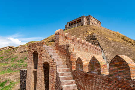 Hisor Fortress Main Gate Entrance Walls Picturesque Breathtaking Staircase View on a Sunny Blue Sky Day Редакционное