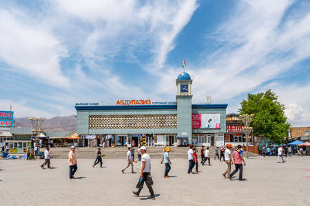 Khujand Panjshanbe Main Bazaar Picturesque View of People Walking at the Square on a Sunny Blue Sky Day Редакционное