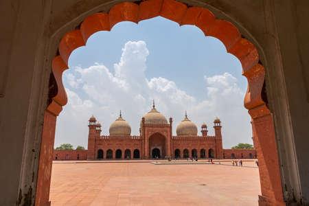 Vue à couper le souffle pittoresque de la mosquée Lahore Badshahi avec les visiteurs par une journée ensoleillée de ciel bleu