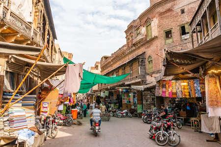 Lahore Walled City Malerische Aussicht auf die Shahi Guzargah Road, die an einem sonnigen Tag mit blauem Himmel zum Dehli-Tor führt