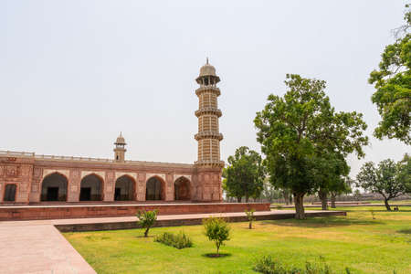 Lahore Shahdara Bagh Jahangir's Tomb Picturesque View of the Exterior Mausoleum with Clipped Hedges on a Sunny Blue Sky Day Stock fotó