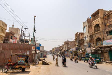 Multan Inner City Street Pittoresk uitzicht met riksja wandelende mensen en motorfietsen op een zonnige blauwe hemeldag