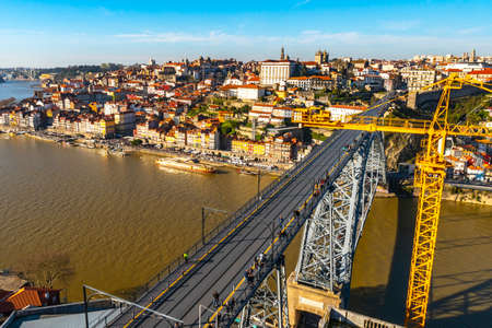 Porto Luis I Bridge Breathtaking Picturesque High Angle View with a Crane on a Blue Sky Day in Winter 版權商用圖片 - 138298875