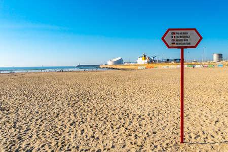 Porto Praia de Matosinhos Unguarded Beach Sign Picturesque View with Leixoes Harbor Port on a Sunny Blue Sky Day 版權商用圖片