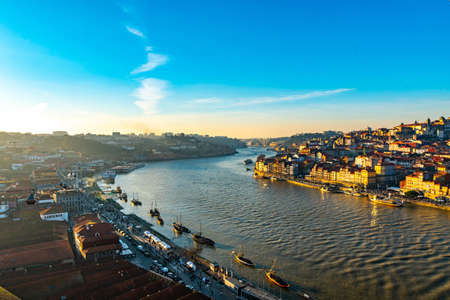Porto Douro River Picturesque High Angle View of Ribeira District with Anchored Ships on a Sunny Blue Sky Day in Winter 免版税图像