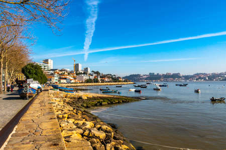 Porto Avenida Dom Carlos I Avenue Shore Walkway Picturesque View with Anchored Boats on a Sunny Blue Sky Day 免版税图像