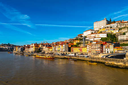 Porto Douro River Picturesque View of Ribeira District on a Sunny Blue Sky Day in Winter 版權商用圖片