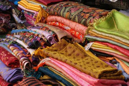 Una colecci�n de prendas de vestir de seda de colores brillantes Foto de archivo - 13259828
